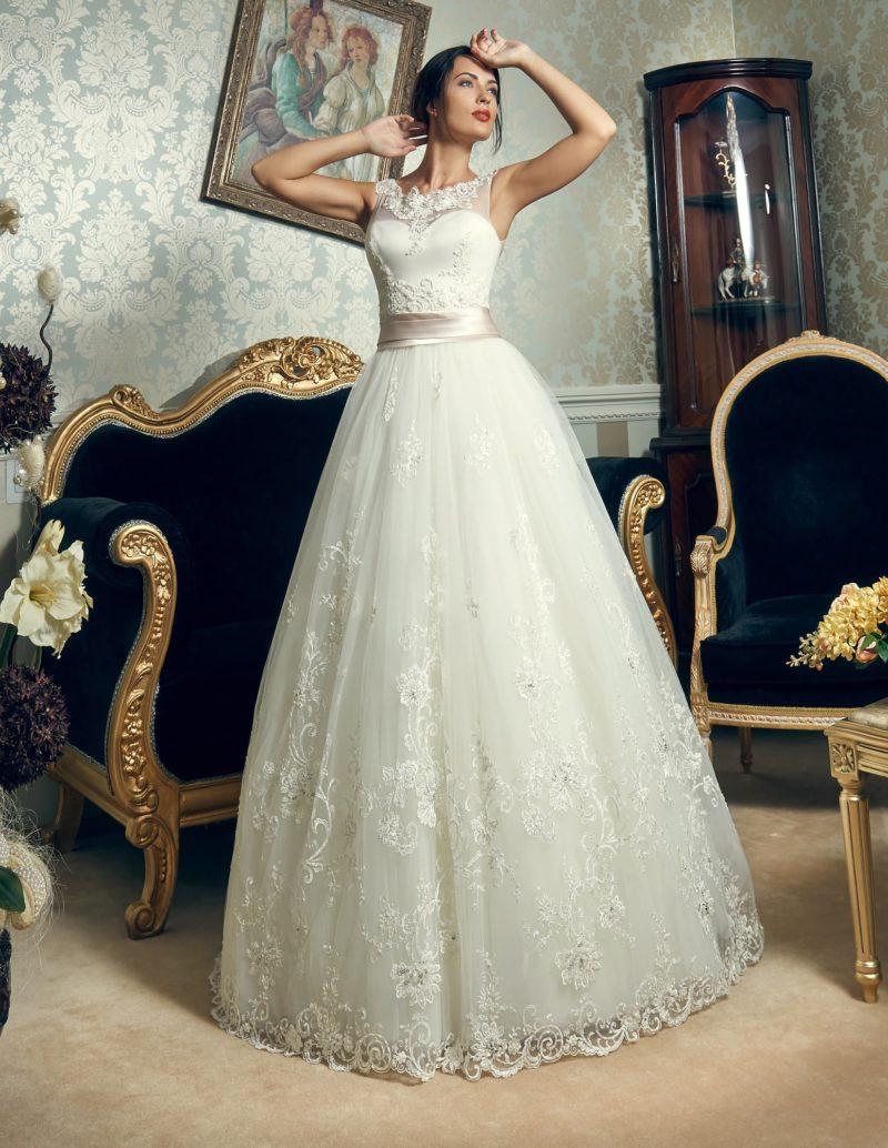 Необычное свадебное платье пышного кроя с широким глянцевым поясом и кружевной отделкой лифа.