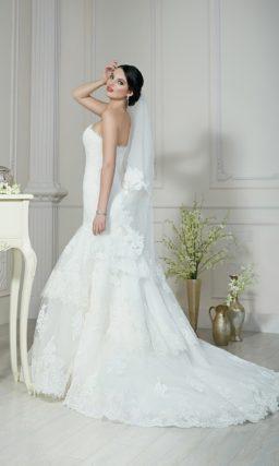 Открытое свадебное платье «русалка» с многоярусной юбкой и кружевным декором.
