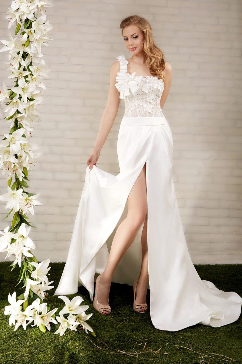 Прямое свадебное платье с разрезом по подолу и асимметричным лифом с объемной бретелькой.