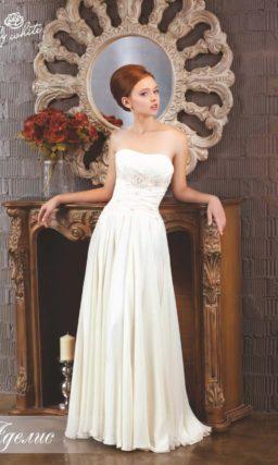 Прямое свадебное платье с изящным открытым декольте.