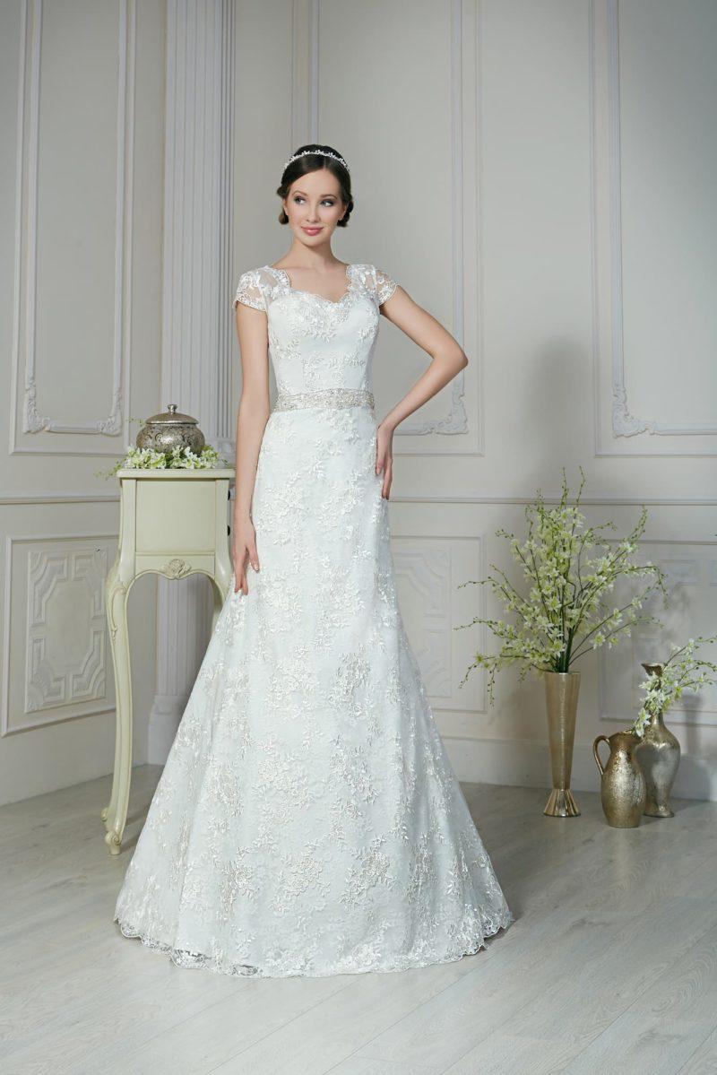 Облегающее свадебное платье с широкими кружевными рукавами и блестящим поясом на талии.