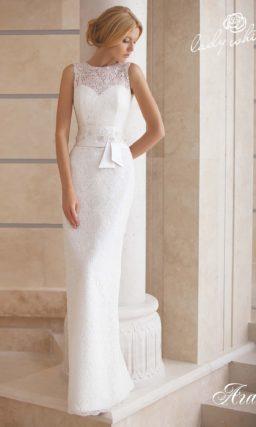 Кружевное свадебное платье прямого кроя с широким атласным поясом.