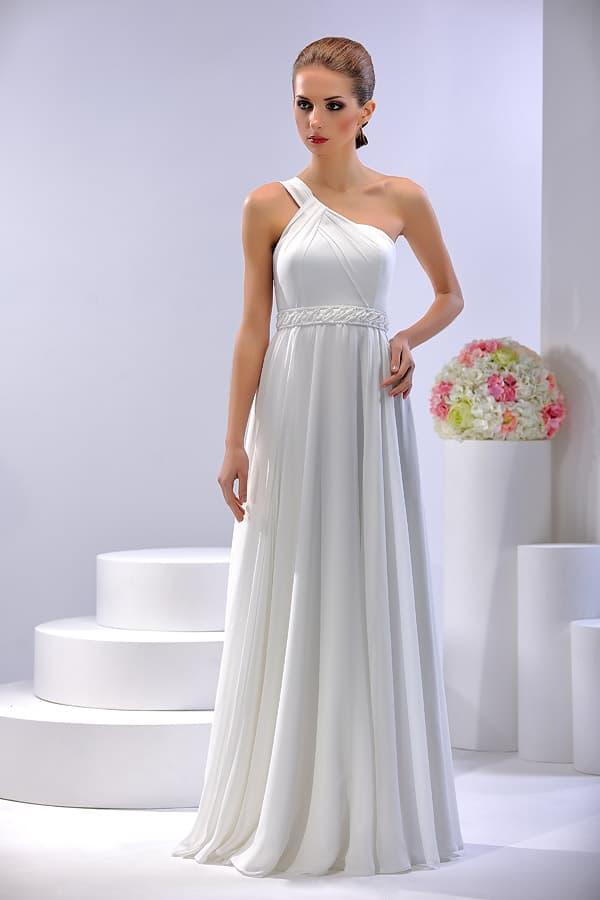 Шифоновое свадебное платье с асимметричным лифом и широким поясом.