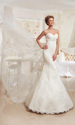 Облегающее свадебное платье с фактурной отделкой завышенной линии талии и лифом в форме сердца.