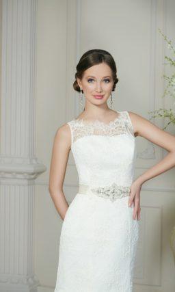 Свадебное платье «русалка» с широким атласным поясом и кружевной отделкой лифа.