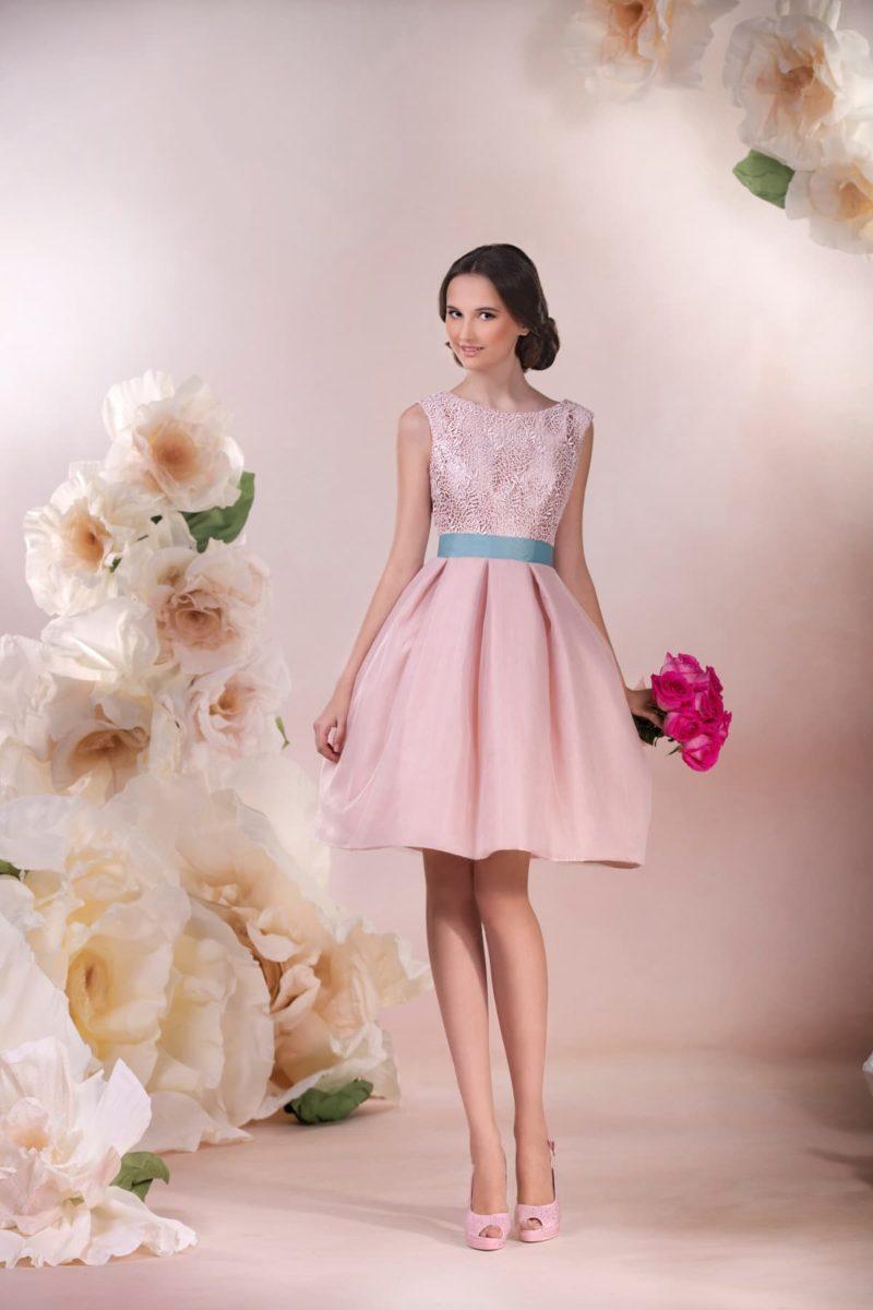 Короткое свадебное платье розового цвета с глубоким декольте на спинке и бирюзовым поясом.