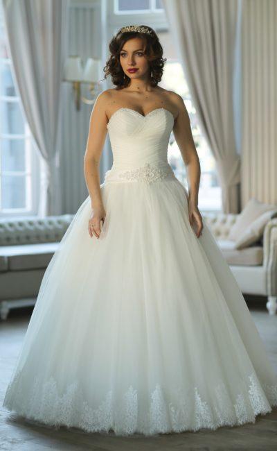Открытое свадебное платье пышного кроя с лифом-сердечком и широким поясом с вышивкой.
