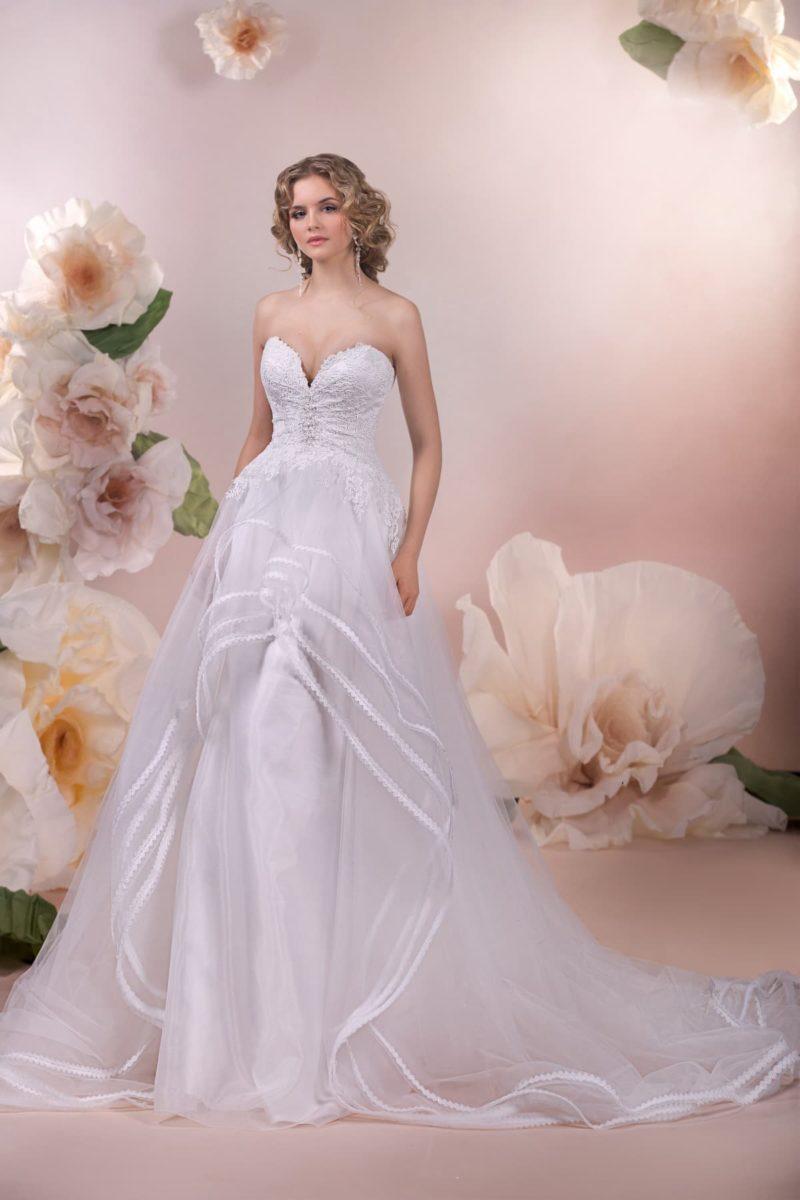 Шикарное свадебное платье с многослойным подолом и корсетом с вырезом в форме сердца.