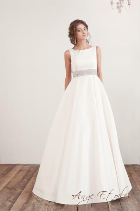 Женственное свадебное платье пышного кроя с вырезом бато.