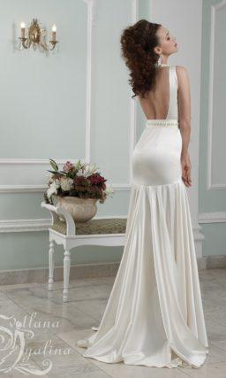 Атласное свадебное платье облегающего кроя с вырезом под горло и открытой спиной.
