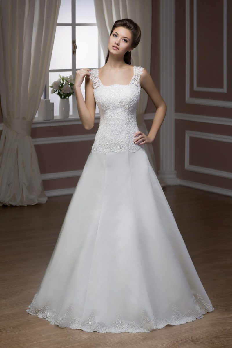 Открытое свадебное платье с кружевным декором и драпировками по облегающему корсету.