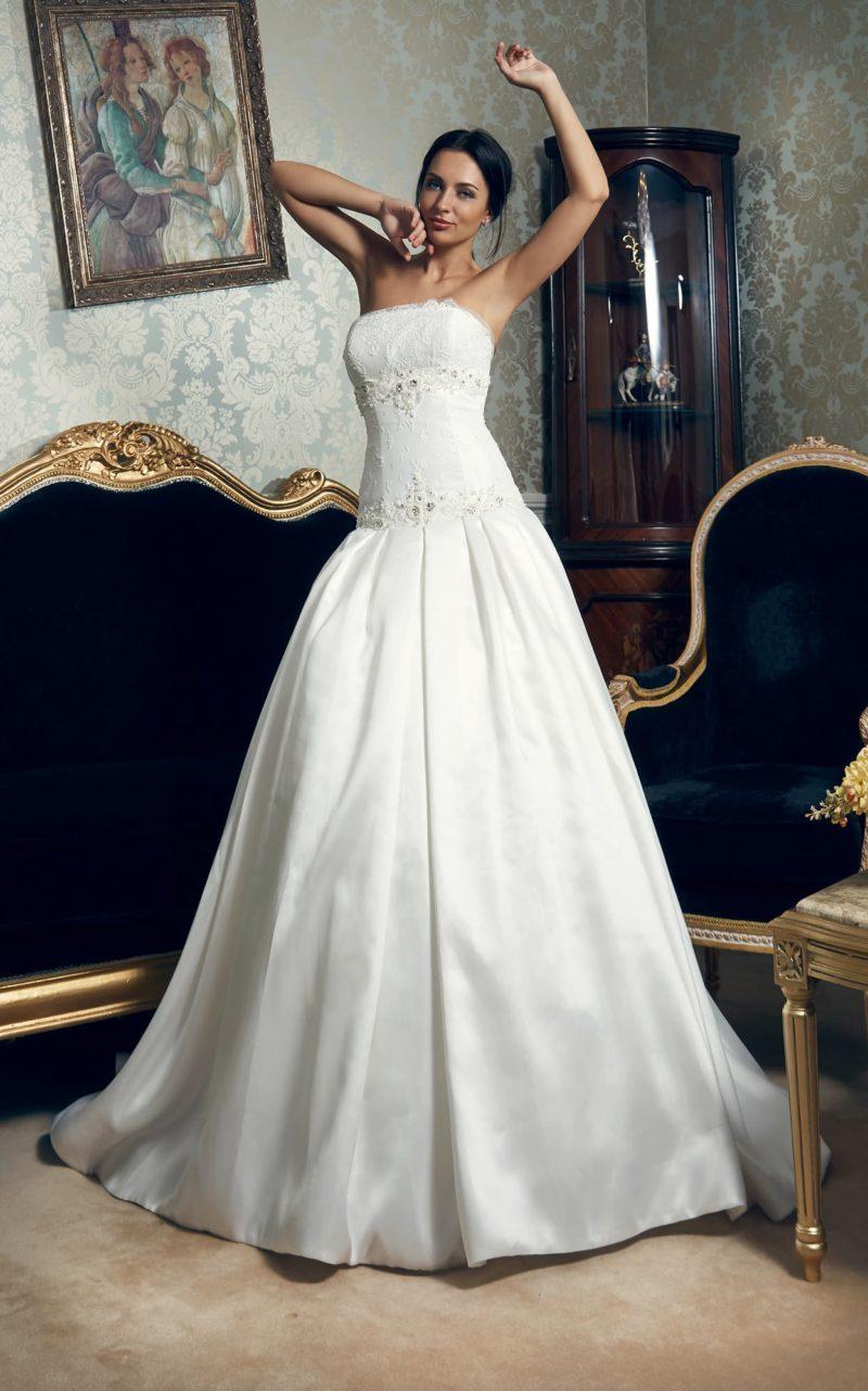 Свадебное платье с пышной атласной юбкой со шлейфом и открытым корсетом с заниженной талией.