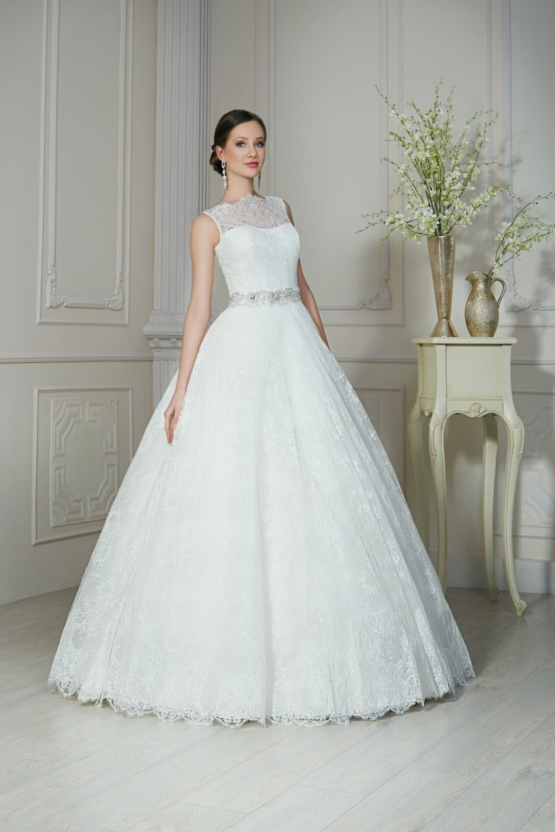 Торжественное свадебное платье с кружевным декором открытого корсета и многослойной юбкой.