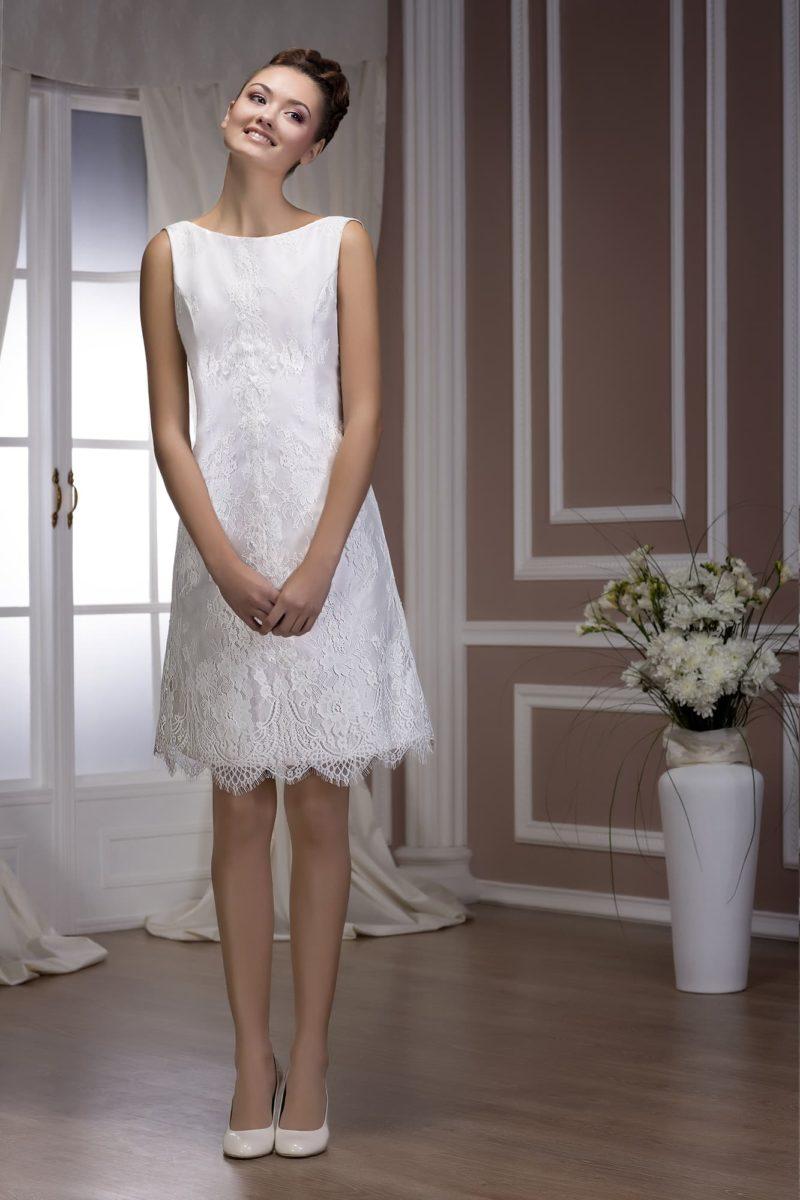 Прямое свадебное платье длиной выше колена, с вырезом лодочка на лифе и глубоким декольте сзади.