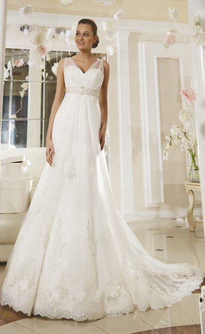Свадебное платье с лифом в форме сердца, дополненным прозрачными бретелями, и шлейфом сзади.