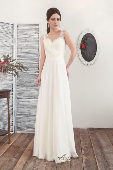 Прямое свадебное платье с фактурными узкими бретелями.