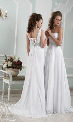 Деликатное свадебное платье прямого кроя с изящным открытым лифом.