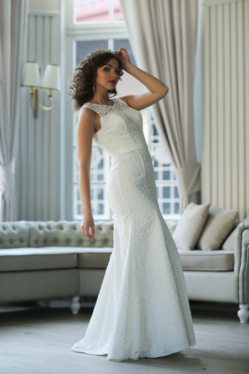 Кружевное свадебное платье облегающего кроя с соблазнительным круглым вырезом на спинке.