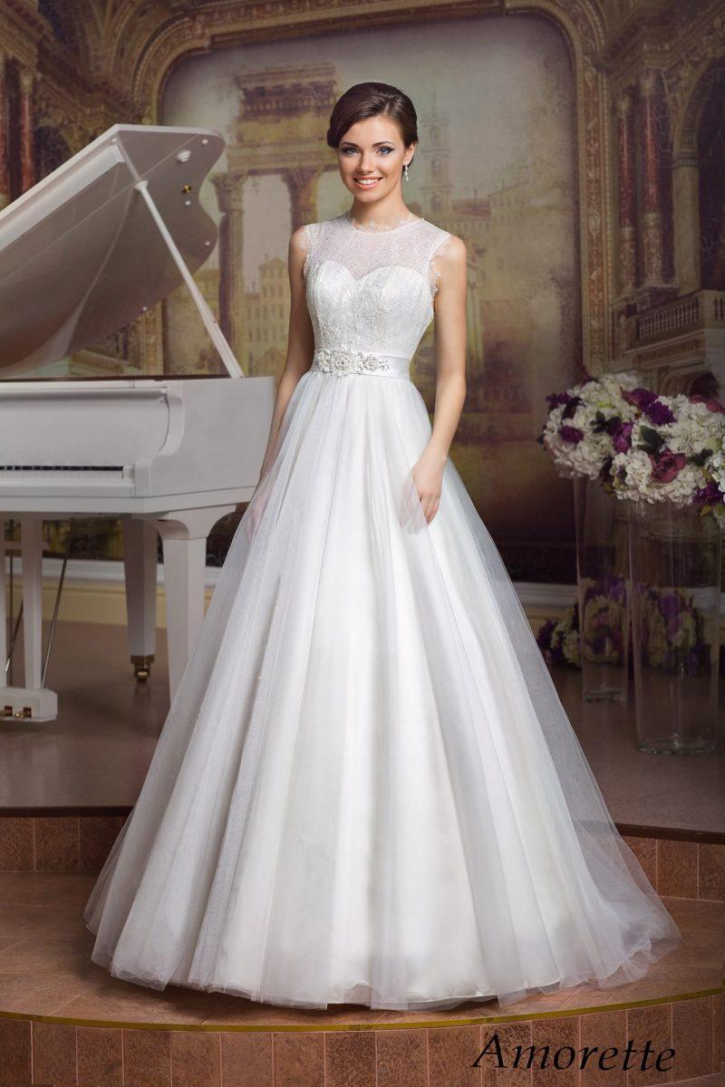 Свадебное платье «принцесса» с многослойной юбкой и элегантным закрытым верхом.