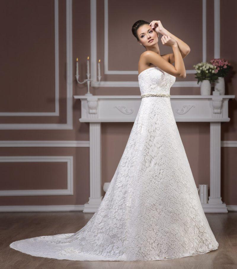 Открытое свадебное платье с атласной подкладкой, узким поясом и декором плотным кружевом.