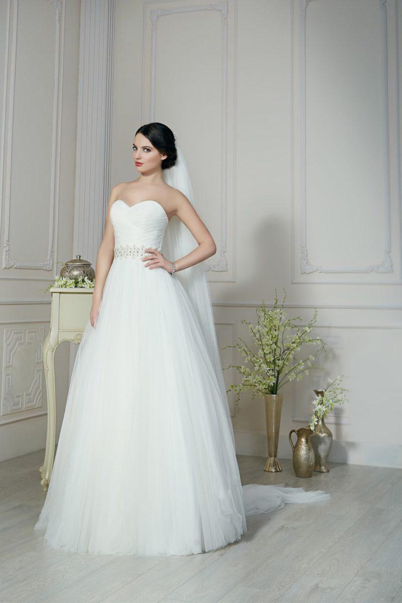 Утонченное свадебное платье с пышным низом, бисерной отделкой пояса и лифом-сердечком.