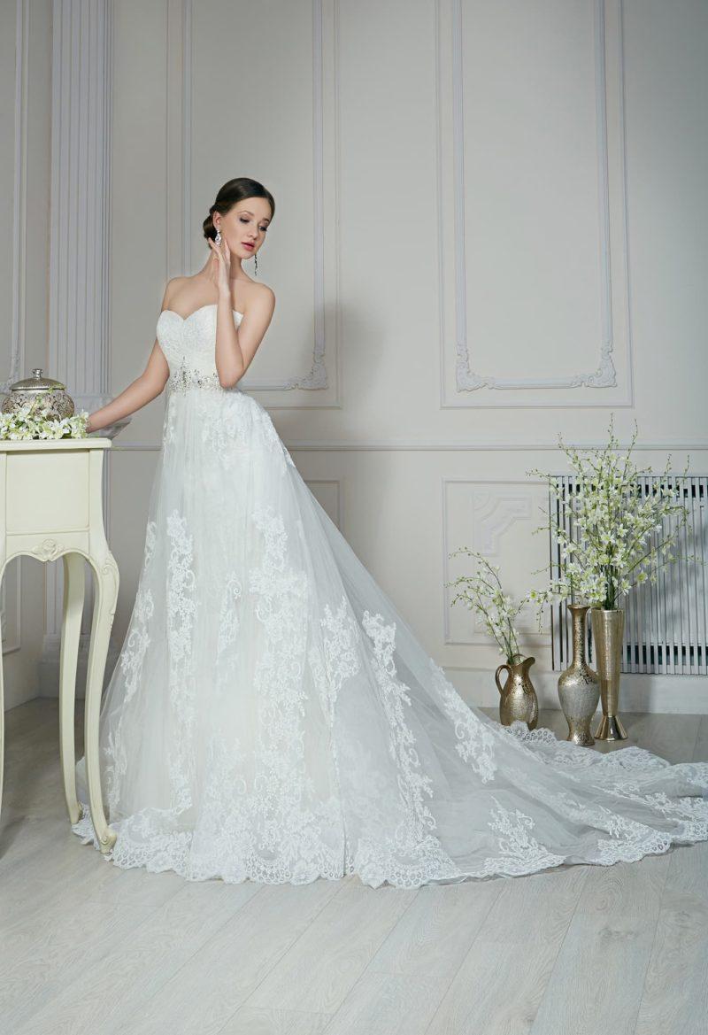 Свадебное платье «принцесса» с полупрозрачным верхом подола и открытым корсетом.