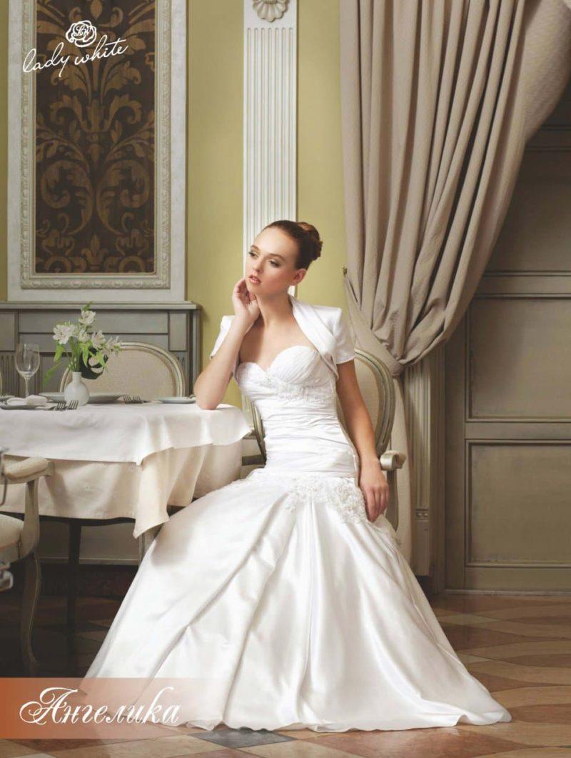 Открытое свадебное платье с элегантным болеро.