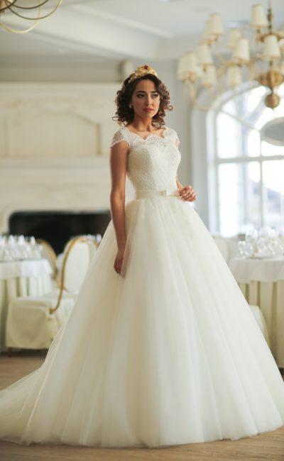 Пышное свадебное платье с коротким рукавом и нежным кружевным вырезом с фигурным краем.