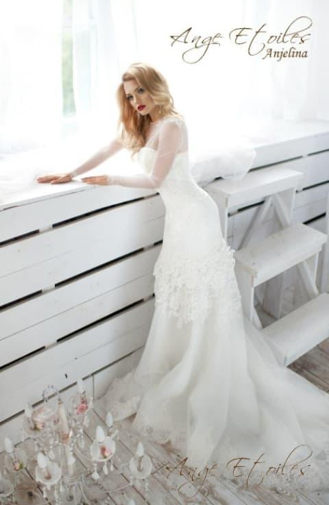 Закрытое свадебное платье «русалка» с фактурной отделкой верха подола.