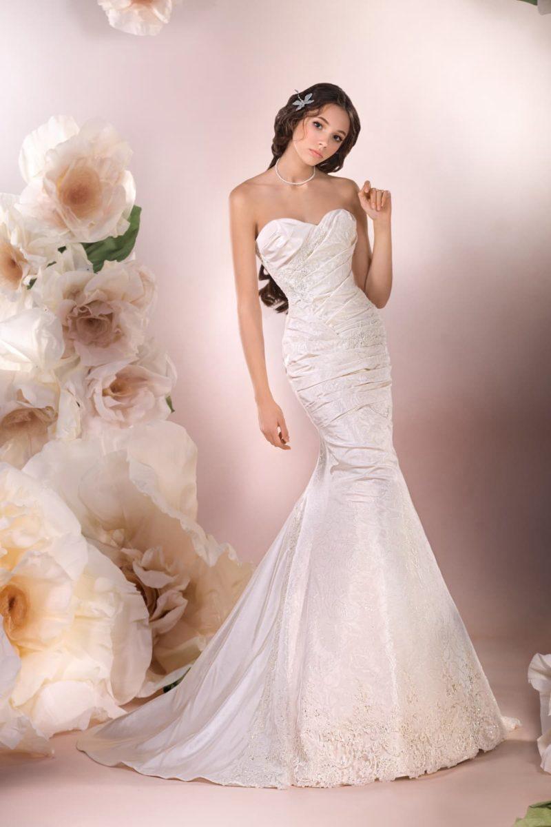 Чувственное свадебное платье «рыбка» из фактурной глянцевой ткани, задрапированное по фигуре.