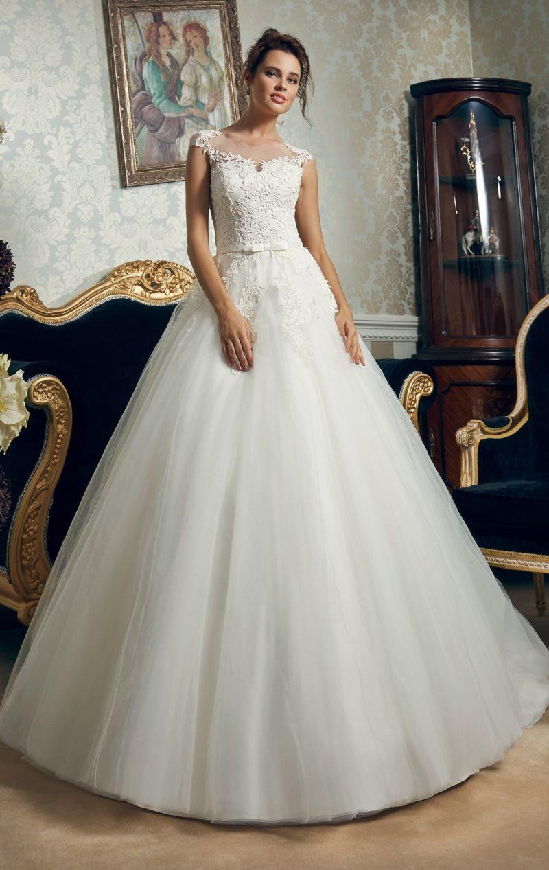 Великолепное свадебное платье с узким элегантным поясом и кружевным декором верха.