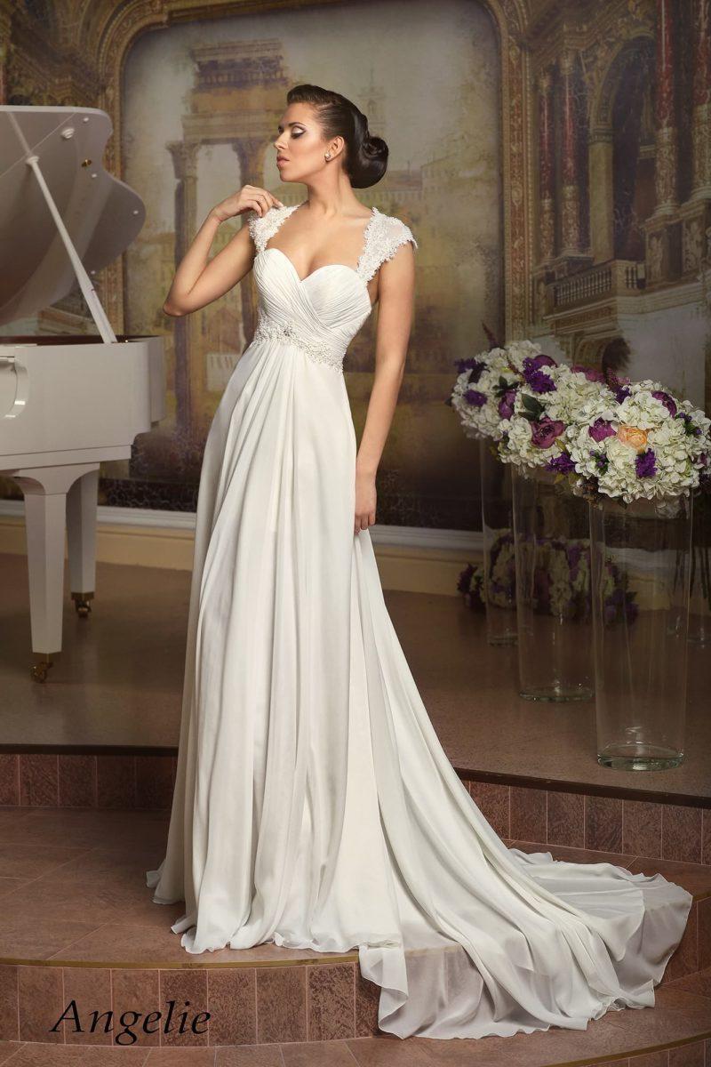 Женственное свадебное платье в ампирном стиле, с фигурными бретелями и длинным шлейфом.