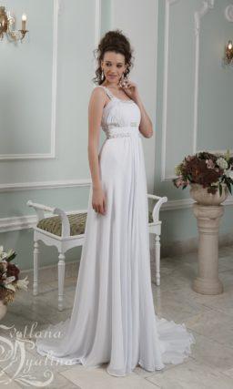 Элегантное свадебное платье в ампирном стиле с блестящей отделкой.
