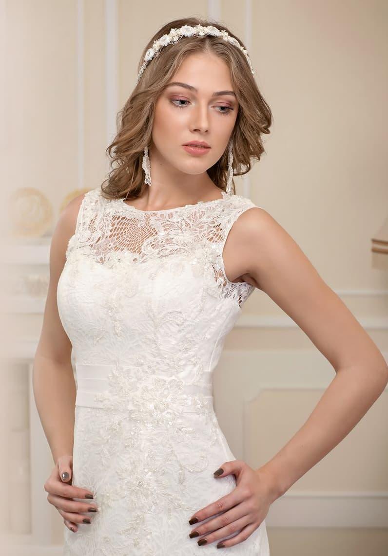 Прямое свадебное платье с закрытым лифом с округлым вырезом, покрытое плотным кружевом.
