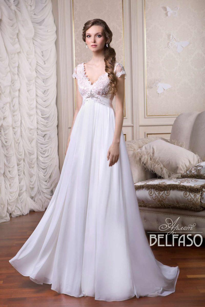 Утонченное свадебное платье с V-образным вырезом и слегка завышенной линией талии.