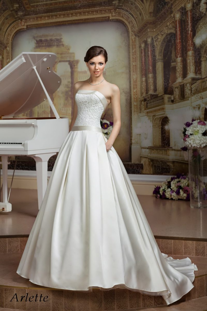 Роскошное атласное свадебное платье с лаконичным прямым лифом и скрытыми карманами.