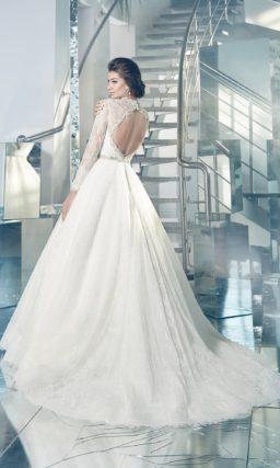 Стильное свадебное платье с воротником-стойкой, длинными кружевными рукавами и пышной юбкой.