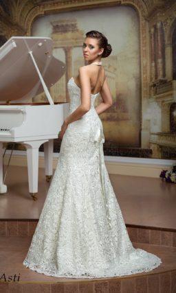 Очаровательное свадебное платье «русалка» с роскошной кружевной отделкой и открытым верхом.