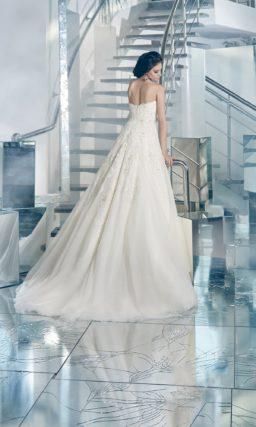 Деликатное свадебное платье пышного кроя с элегантным открытым корсетом, покрытым кружевом.