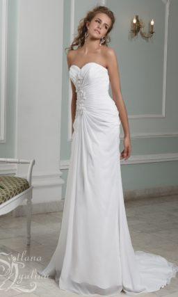 Прямое свадебное платье с лифом-сердечком и объемным декором корсета.