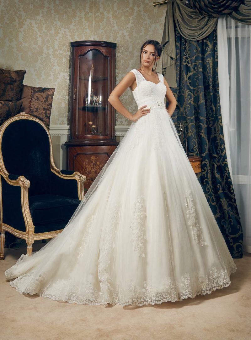 Свадебное платье «принцесса» с элегантными широкими бретелями и торжественным шлейфом.