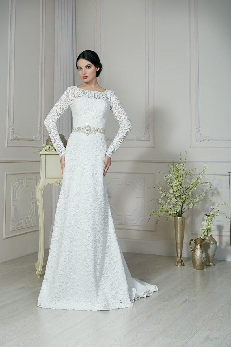 Прямое свадебное платье с широким атласным поясом, по всей длине декорированное кружевом.