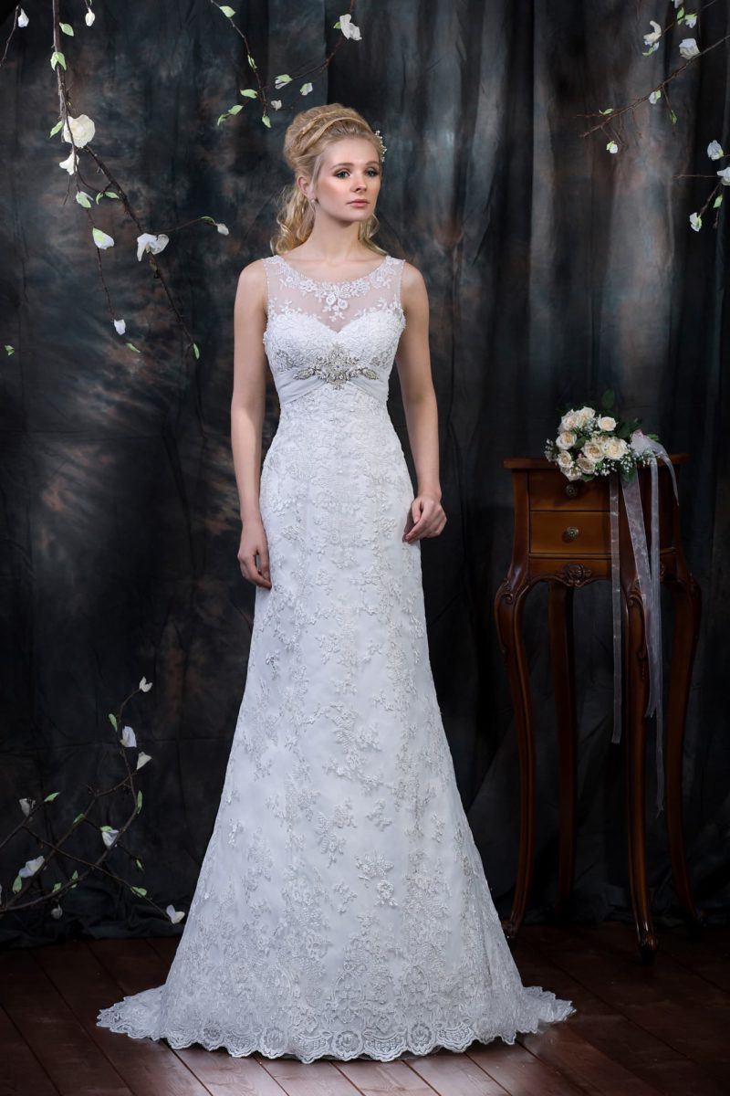 Свадебное платье с V-образным вырезом на спинке и кружевной отделкой по всей длине.