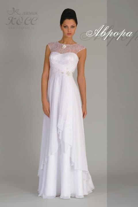 Свадебное платье с длинной прямой юбкой и полупрозрачным кружевом над вырезом.