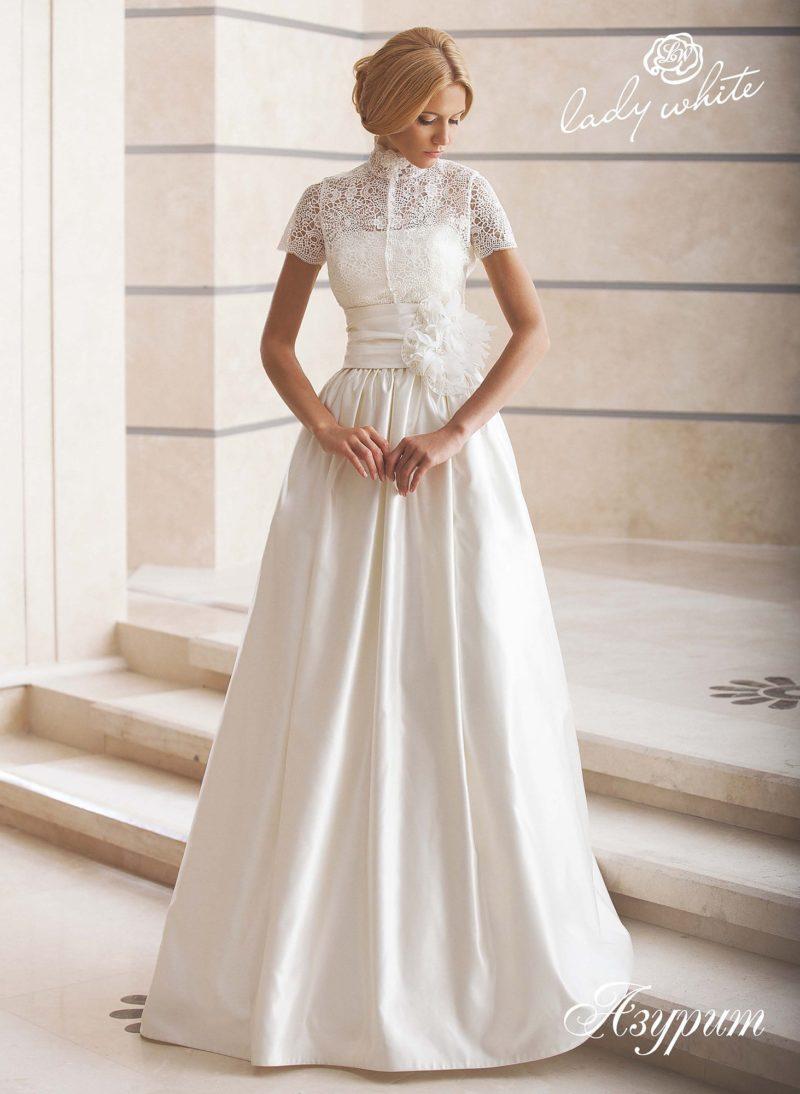 Атласное свадебное платье с высоким кружевным воротником болеро.