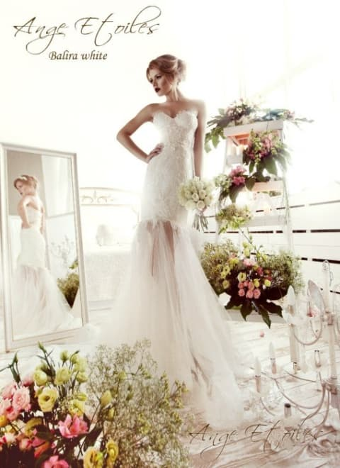 Открытое свадебное платье с эффектной юбкой «рыбка» из тонкой ткани.
