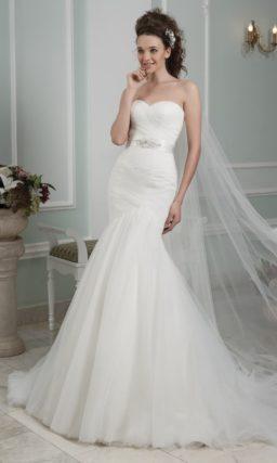 Облегающее свадебное платье «русалка» с изысканным декором из драпировок.