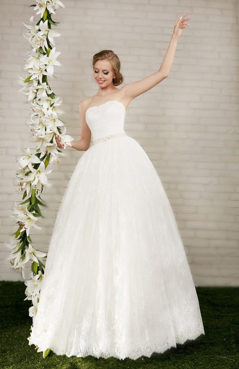 Стильное свадебное платье с лаконичным вырезом открытого корсета и кружевным декором подола.