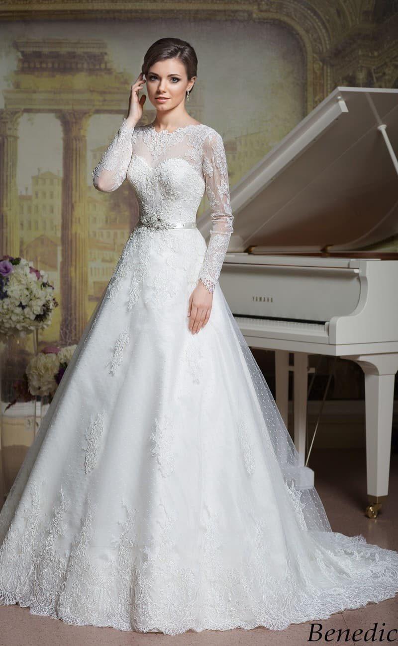 Закрытое свадебное платье А-кроя с деликатным кружевным декором и узким поясом на талии.