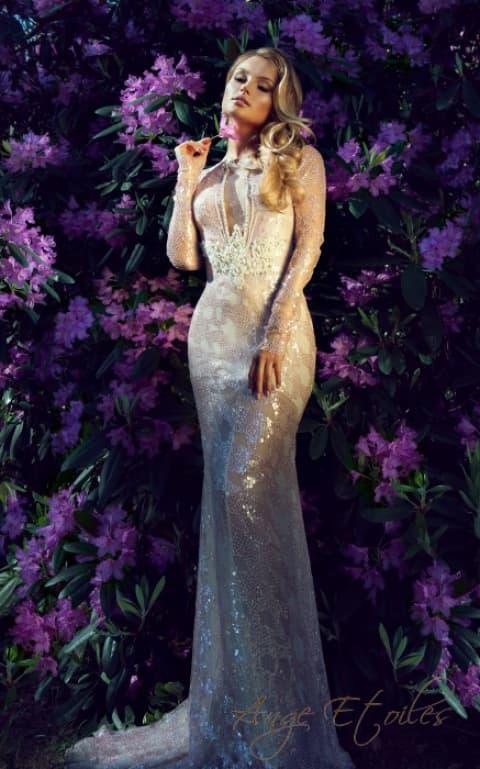Облегающее свадебное платье с сияющей отделкой и стильным декольте.